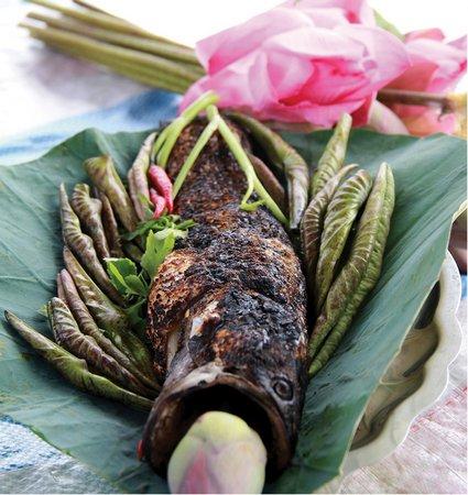 Cá lóc nướng lá sen thơm ngậy ở Đồng Tháp