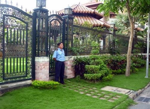 Người dân HCM thuê bảo vệ canh biệt thự ngày Tết