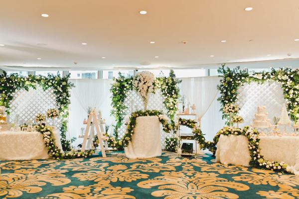 Gợi ý trang trí tiệc cưới ngập tràn hoa trắng tinh khôi