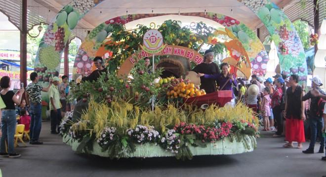 Sầu riêng có giá 24.000 đồng 1 kg ở chợ nổi trái cây sạch Sài Gòn
