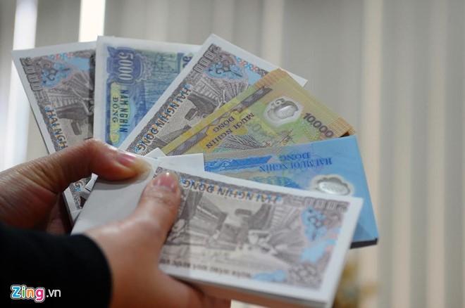 nhân dân đổi tiền lẻ chịu chi phí 'cắt cổ' ngoài chợ đen