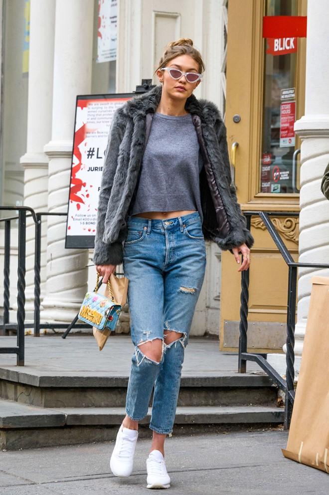 Học Gigi Hadid mặc áo khoác lông dạo phố ngày lạnh