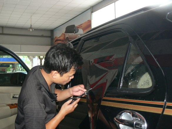 Dán film chống nắng Vkool cho ô tô