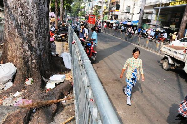 Rào chắn vỉa hè như chuồng nhốt thú ở Sài Gòn