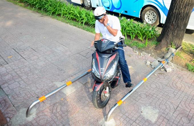 Đủ kiểu lắp thanh chắn barie ngăn xe máy lên vỉa hè Hồ Chí Minh