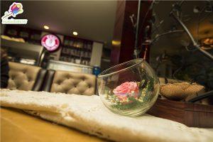 Bình hoa hồng trang trí quán cafe