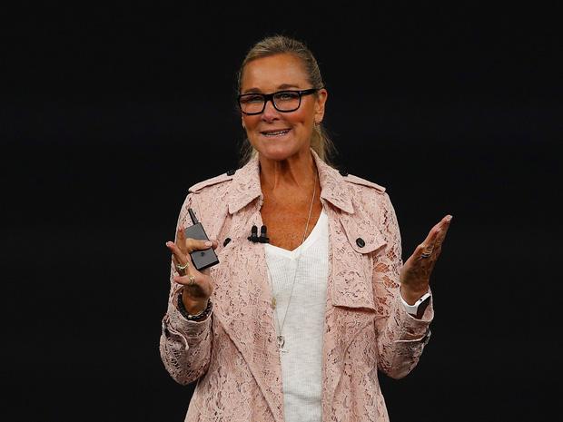 Ngoài iPhone X, chiếc áo khoác 65 triệu mà phó GĐ retail Apple diện cũng khiến dân tình phát ngất
