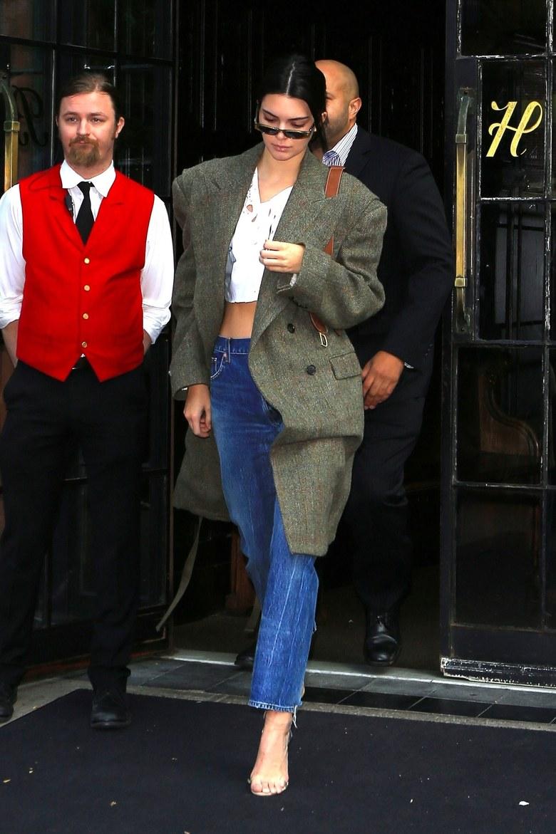 Bộ sưu tập áo khoác đã bước đầu xuất hiện trong street style mùa Thu của Kendall Jenner và Selena Gomez
