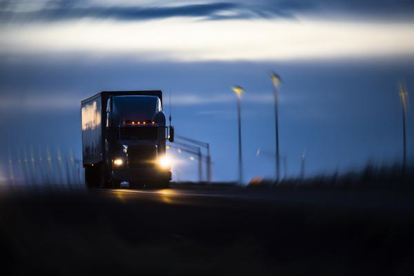 Chạy xe tải chở hàng buổi tối như thế nào an toàn