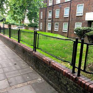Ý nghĩa bất thình lình phía sau những hàng rào xấu xí ở Anh