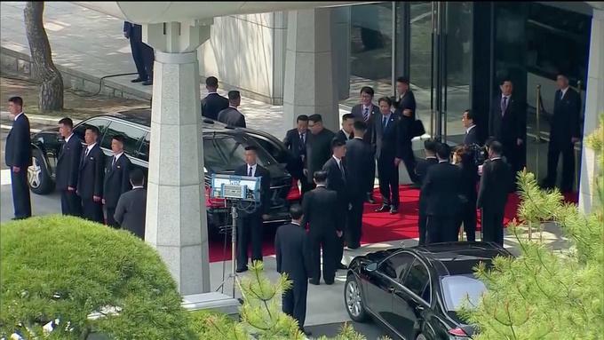 Mười hai vệ sĩ chạy xung quanh xe bảo vệ Kim Jong-un
