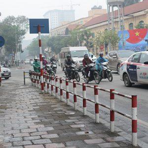 Gắn barie chống xe máy lên vỉa hè tại Hà Nội: Người ủng hộ, người băn khoăn lo lắng