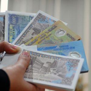 Người dân đổi tiền lẻ chấp nhận phí 'cắt cổ' ngoài chợ đen