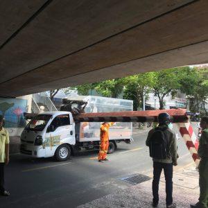 Xe tải làm ngã thanh barie cầu Bông mắc kẹt, giao thông ùn ứ