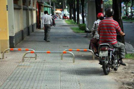 Đề nghị Hà Nội lắp đặt barie trên vỉa hè để ngăn chặn xe máy tràn lên