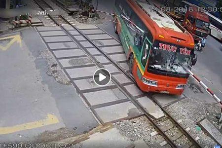 Tại sao tài xế xe khách lại lái xe đâm gãy barie khi tàu hỏa đang lao đến?