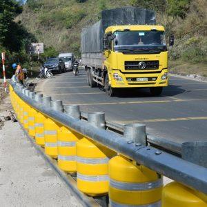 Điểm đen dốc Cun Hòa Bình lắp đặt hàng rào chắn lạ nhằm giảm lật xe