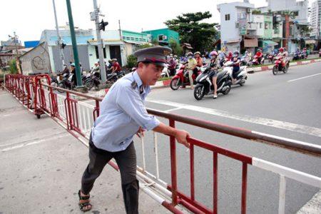 Tâm sự của người canh gác chắn đường ray trong lòng Sài Gòn