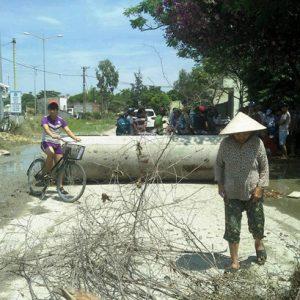Người dân sử dụng ống cống thành 'hàng rào' chặn đường xe tải