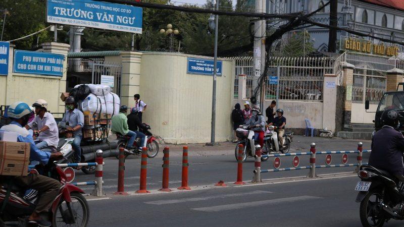 Vô tư băng qua đường cho dù có rào chắn