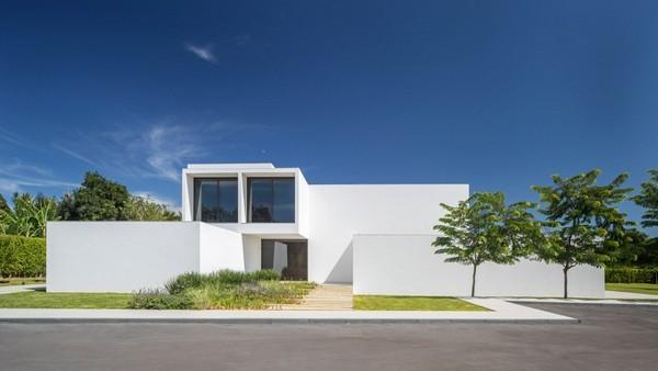 Hấp dẫn dinh thự trắng gần 1.000 m2 giữa thủ đô