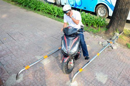 Nhiều cách lắp đặt barie ngăn xe máy đi lên vỉa hè Sài Gòn