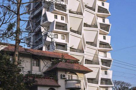 """Tòa tháp người dân """"móp méo"""" kỳ dị"""