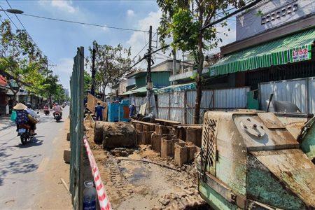 """Một con đường oằn mình """"chịu đựng"""" hàng chục barrier chắn ở TPHCM"""