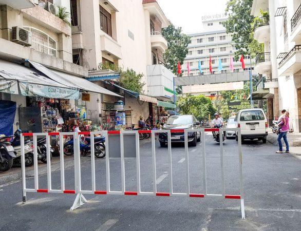 Dựng rào chặn đường đi vào chung cư nhằm ứng phó xe hơi đậu tràn lan