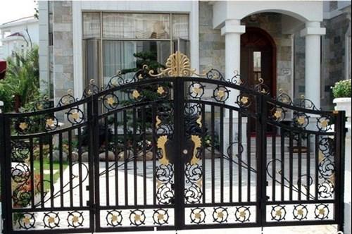 Phương pháp vệ sinh cửa sắt bốn cánh đúng cách
