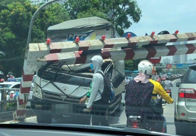 Xe lớn đâm gãy rào chắn độ cao cầu vượt Thái Hà, giao thông giữa trưa nắng ùn tắc