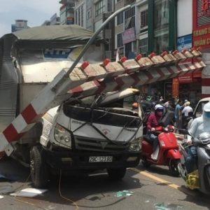 Xe tải đâm đổ barie trên cao cầu vượt Thái Hà