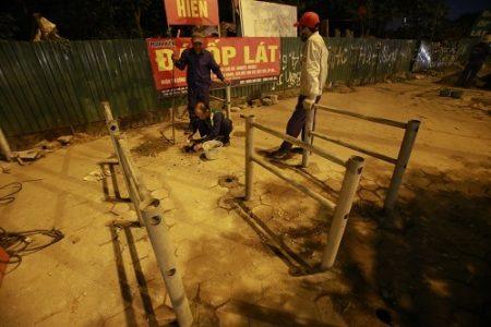 Thủ đô Hà Nội dựng rào chắn ngăn những người đi xe máy leo lên vỉa hè