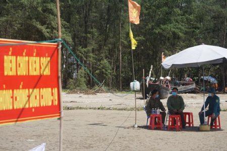 Dựng barrier trên bãi biển Sầm Sơn ngăn chặn dịch Covid-19