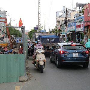 Barie vây quanh nhiều tuyến đường ở TP.HCM