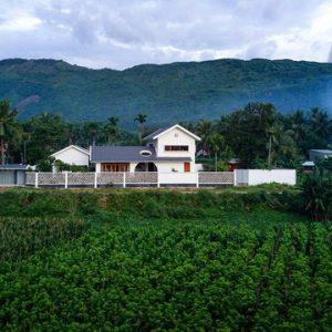 Ngôi nhà đẹp như khách sạn con trai xây tặng bố mẹ giữa đồng quê ở Bình Định