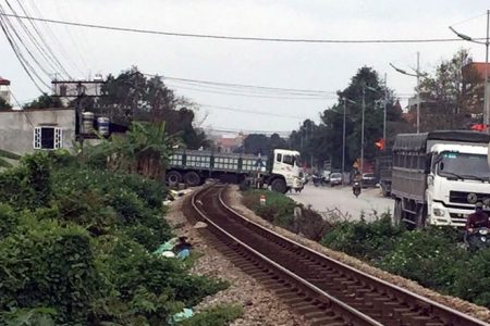 Rất nguy hiểm đường sắt không có đường gom, barrier