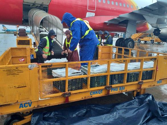 Vietjet chuyển miễn phí sản phẩm cứu trợ, tặng vé cho cán bộ đến vùng lũ