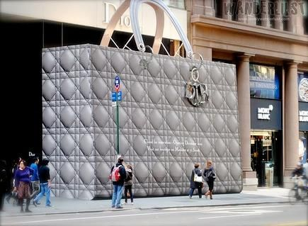 Làm barrier chắn xây dựng bằng giỏ khổng lồ, Louis Vuitton và Dior đã tạo ra độ hot bán lẻ như thế nào?
