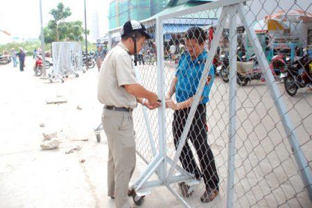 Dựng rào chắn ngăn không cho xe đi vào chợ
